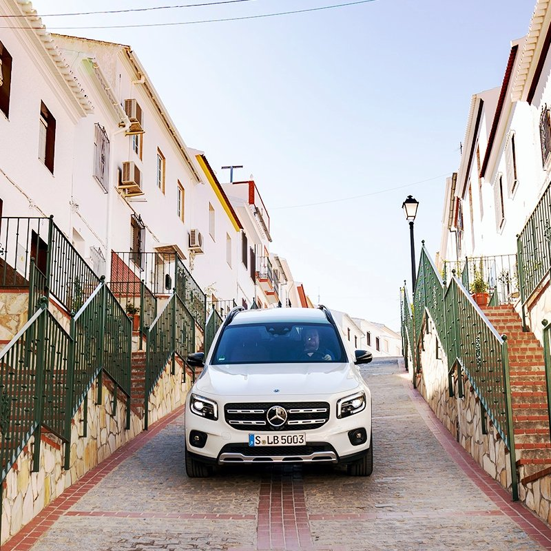 Mercedes Benz GLB 250 transitando por una pintoresca ciudad europea