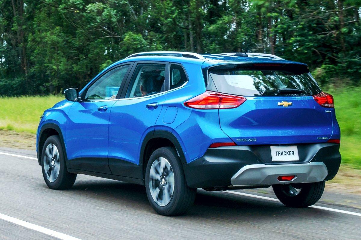 La nueva Chevrolet Tracker 2020 transitando una ruta al atardecer