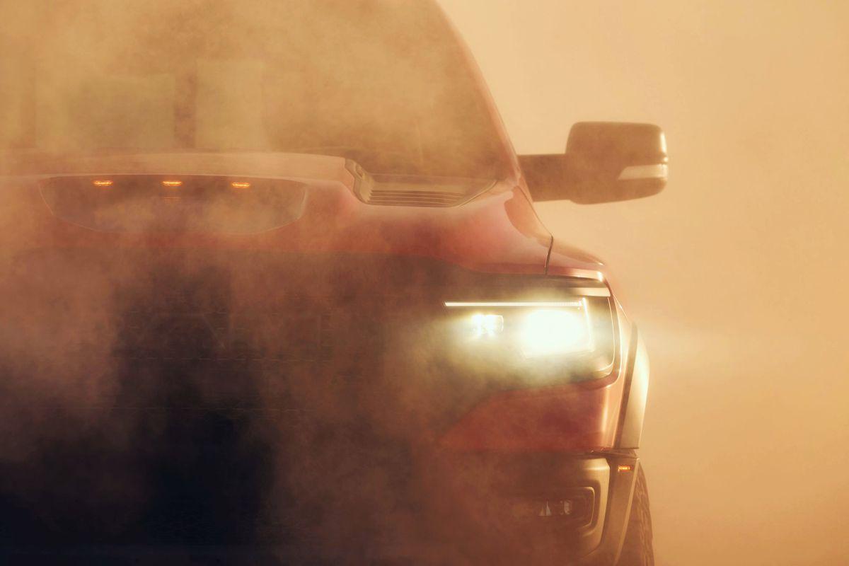 Nueva RAM TRX 1500 2021 entre el polvo del camino