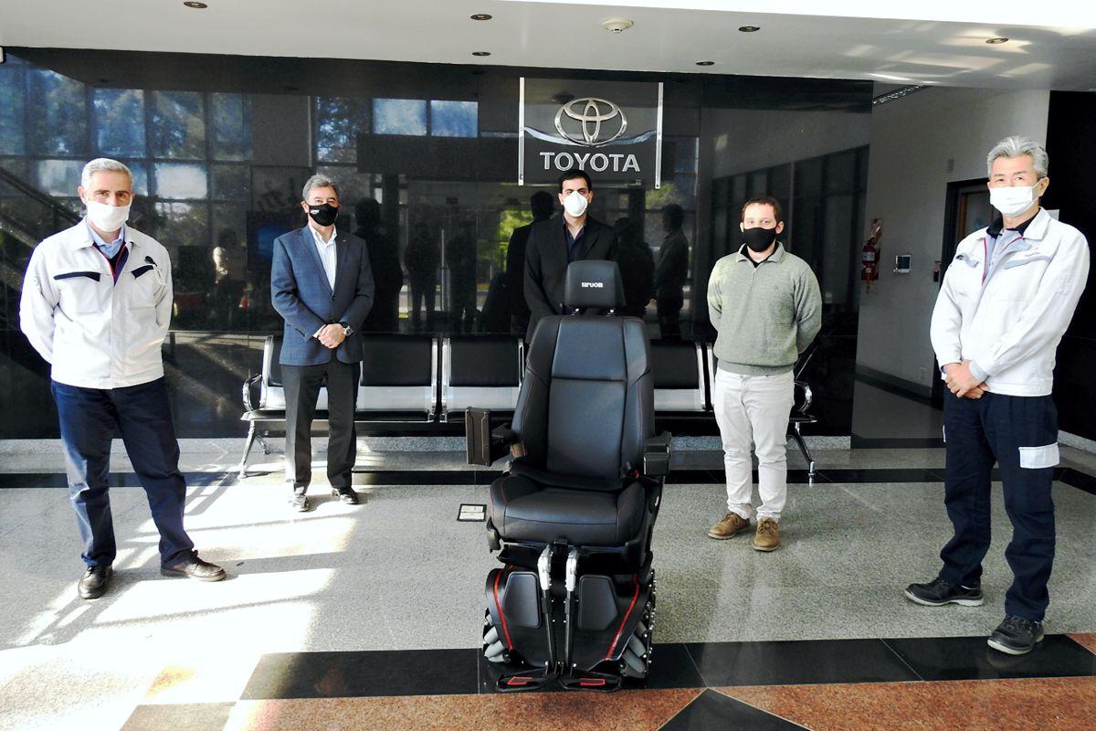 Prototipo de Siruom, la silla de ruedas omnidireccional en la planta de Toyota Argentina con directivos