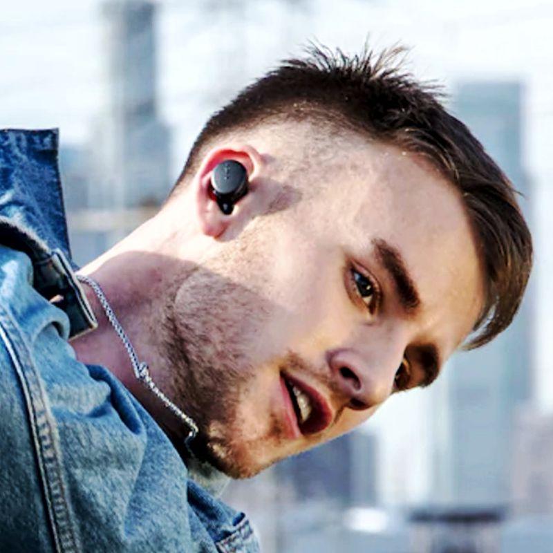 Muchacho escuchando sus auriculares SONY WF-XB700 en la calle