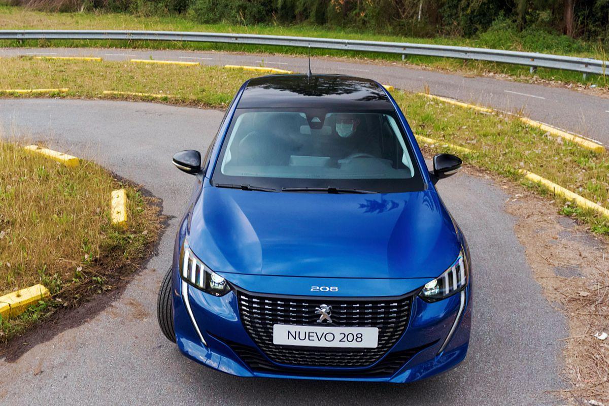 Nuevo Peugeot 208 en el camino tomando una curva
