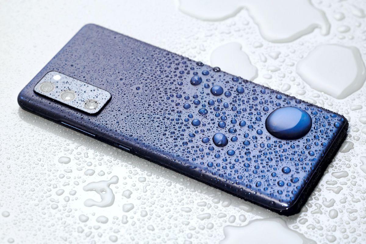 Nuevo Samsung Galaxy S20 FE azul, mojado