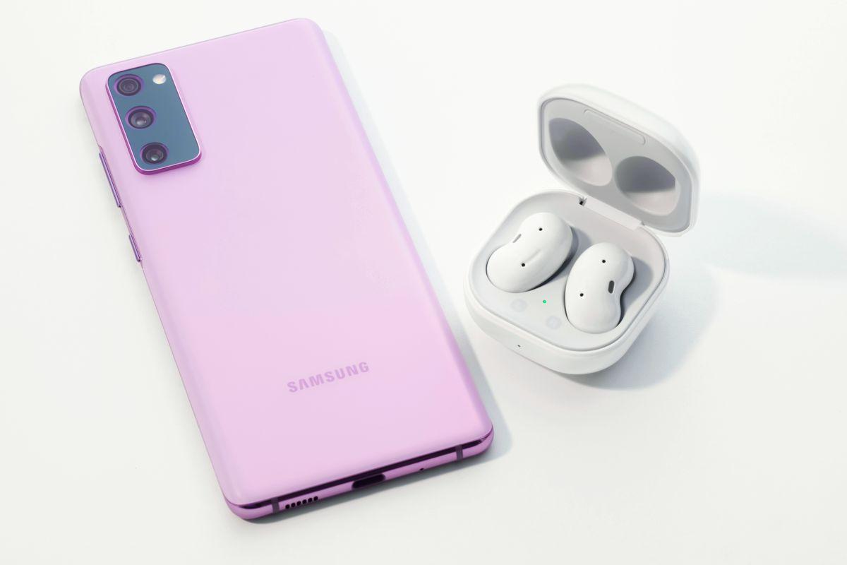 nuevo Samsung Galaxy S20 FE junto a los Galaxy Buds