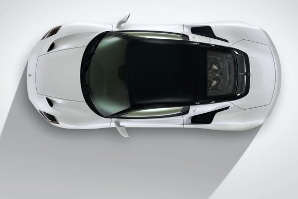 Maserati MC20 visto desde arriba con piso blanco
