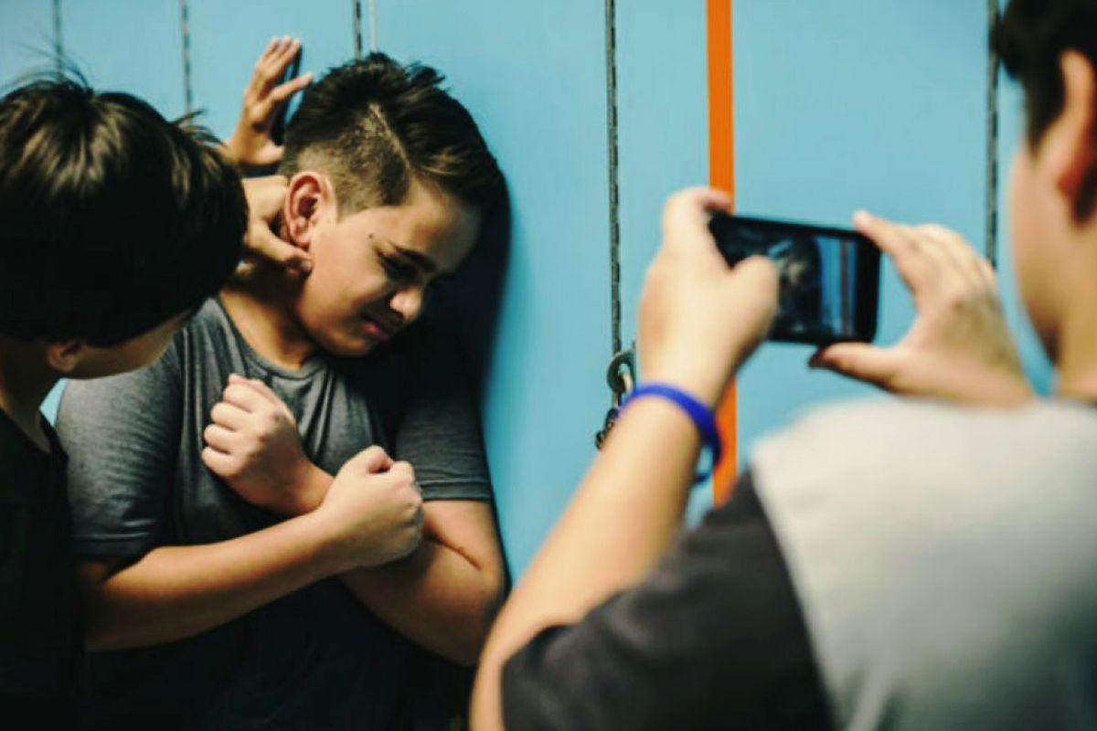 Jóvenes acosando a chica. No más Ciberbullying