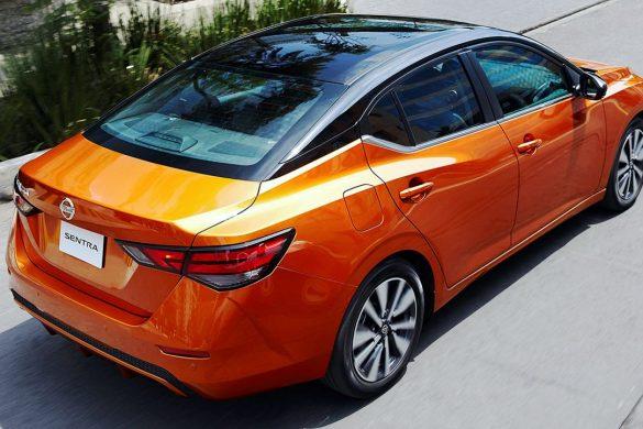 nuevo Nissan Sentra 2020 en carretera vista dorsal