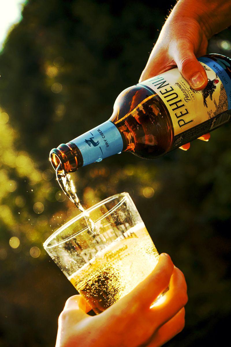 Persona sirviendo en un vaso una Pehuenia Dry Cider