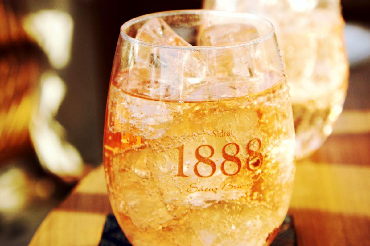 Sidra 1888 Rose servida en vaso en una barra de tragos