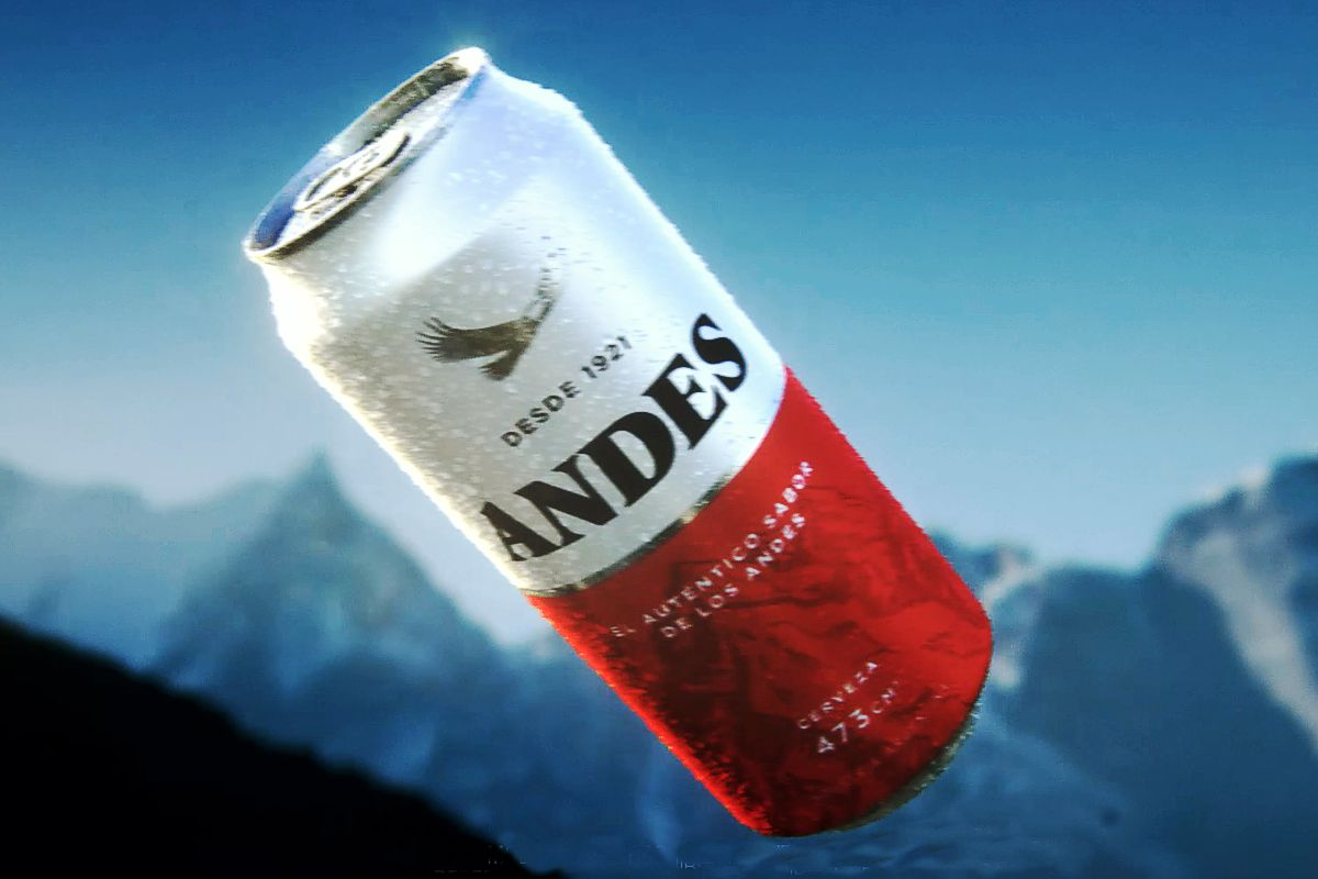 Cerveza Andes volando en la cordillera mendocina