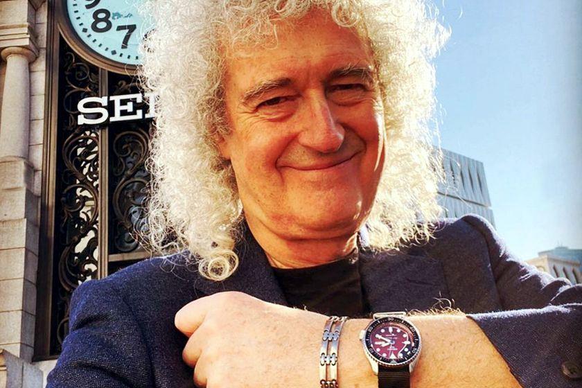 Brian May luciendo su reloj Seiko 5 Sport en homenaje a Red Special