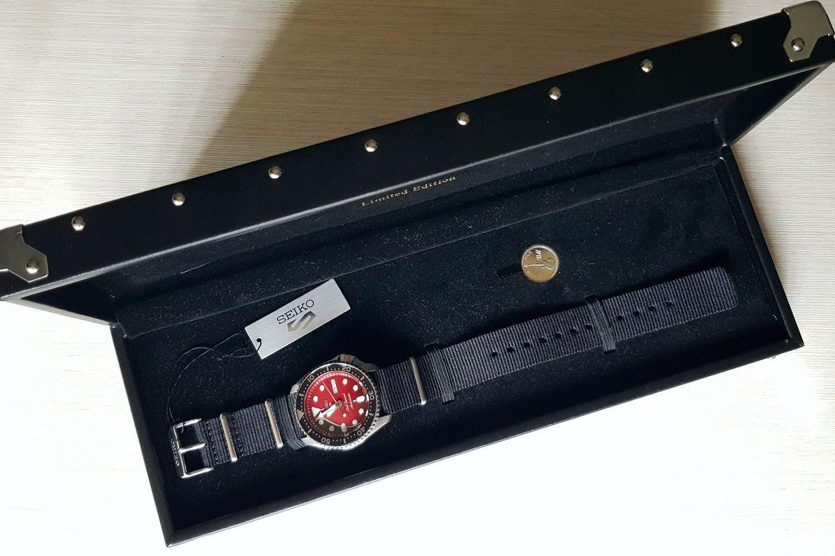 Estuche con moneda y reloj Seiko 5 Sport en homenaje a Red Special, la guitarra hecha por Brian May