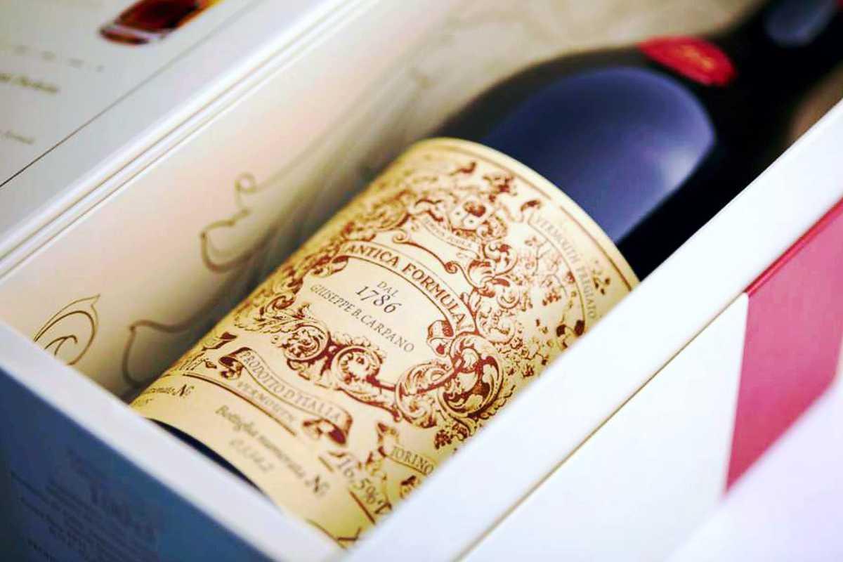 Botella de Antica Formula, Vermouth Premium, en caja