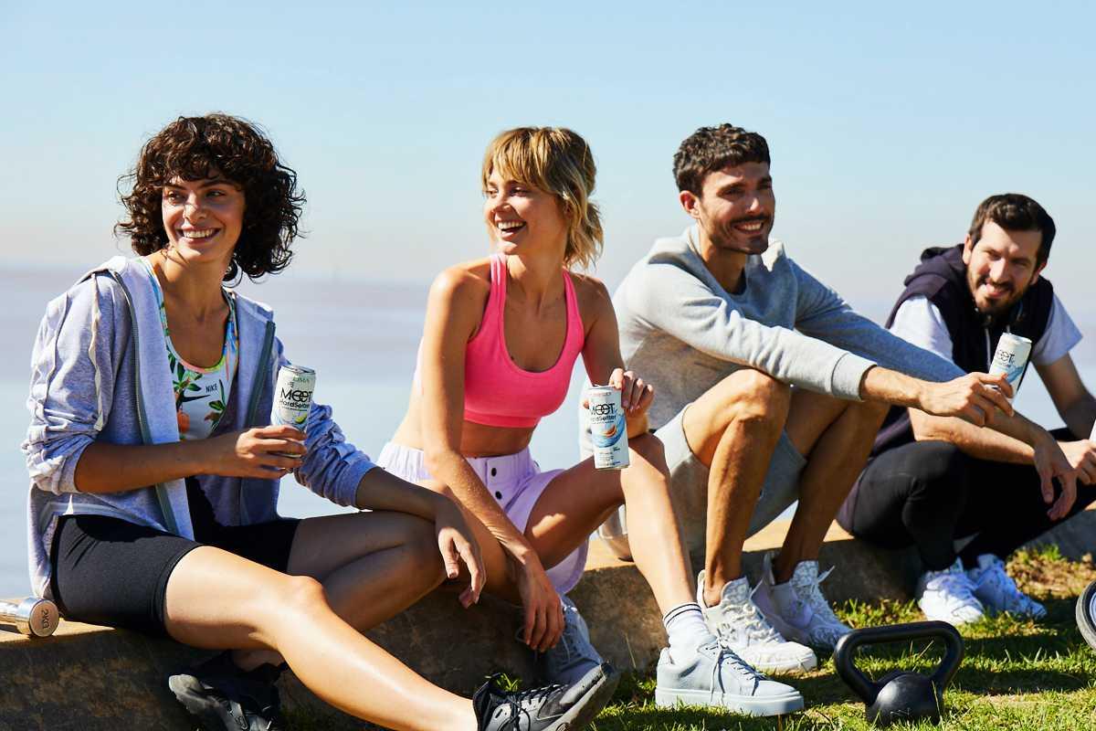 Chicos bebiendo MEET al aire libre