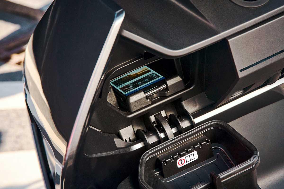 Compartimiento paea celular del BMW CE 04